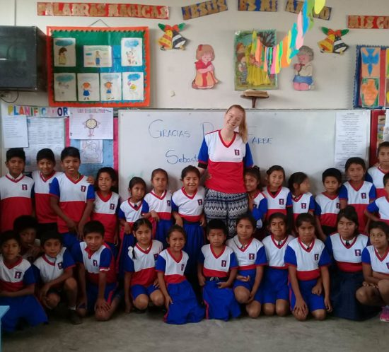 Spendenaktion-Schuluniform-Dorfschule-Gruppenbild